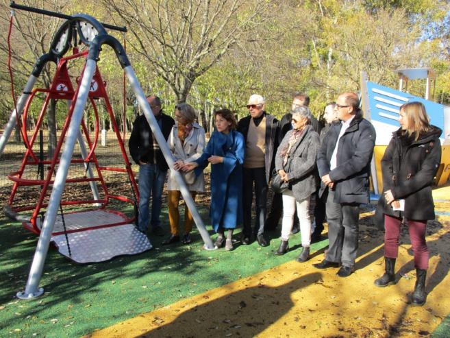 Aux Vannades, une balançoire spéciale est accessible aux enfants handicapés.