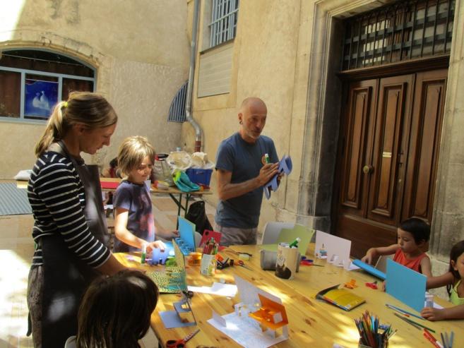 Des enfants assemblent leurs propres « Pop Up »