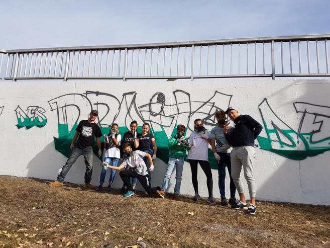 Des jeunes Dignois taguent un mur pour les Droits de l'enfant