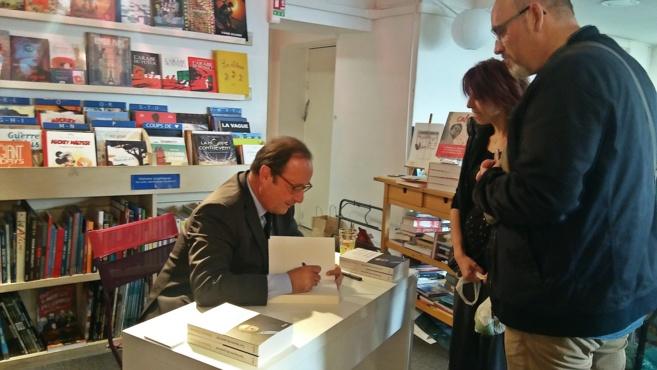 François Hollande à Manosque : un président normal dédicace