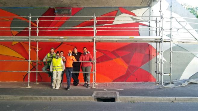 Une belle fresque murale et… au milieu passent les voitures !