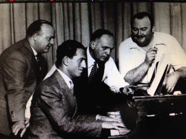 Le compositeur Gershwin au premier plan