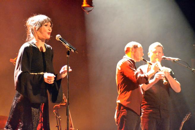 """Amélie les crayons en Concert à Digne, a embarqué son public """"Jusqu'à la mer"""", le titre de son dernier spectacle."""