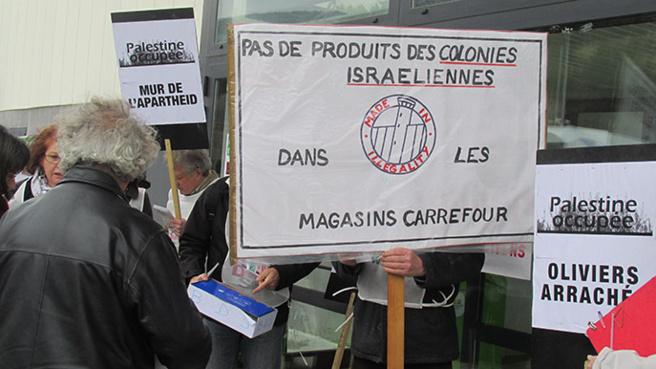 Boycott de produits israéliens organisé par France Palestine Solidarité du 04 devant un supermarché à Digne