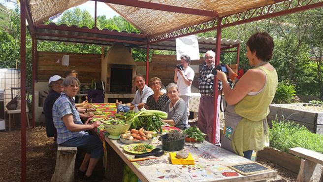 Cité Solidaire et soleil dans les jardins en fête à Digne