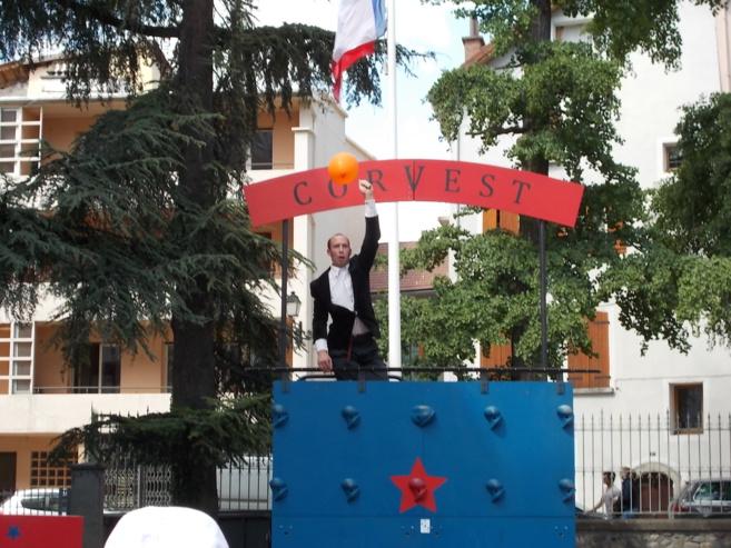 Clown acrobate burlesque dans le festival Tous Dehors