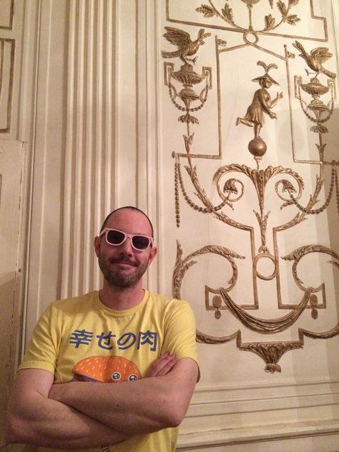 Basé à Marseille, Stéphane Moscato est un artiste urbain, post punk, fasciné par la peau des murs. Son matériau est l'affiche. http://www.stf-pochoirtiste.fr/ Biographie Le Marseillais Stéphane Moscato arpente inlassablement les rues et décolle des pans entiers d'affiches pour les maroufler ensuite sur toile dans son atelier. Un dialogue créatif s'amorce alors avec le support quand surgit au hasard, un mot, une partie de visage ou une couleur. L'artiste travaille au pochoir et nie le caractère reproductible de la technique en composant des œuvres uniques (jamais reproduites) et polysémiques, se laissant guider par le sens qui se dégage de ces fragments de rue. Fortement inspiré par la culture punk rock, il propose aussi un engagement social et politique, perceptible en filigrane dans son travail. Un équilibre in- téressant avec la façon dont il se réapproprie la mythologie classique dans une nouvelle narration.
