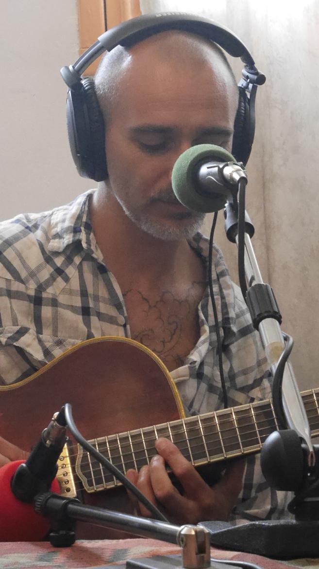 Jean-Michel Di Scala haut en couleurs et ses créations de guitares