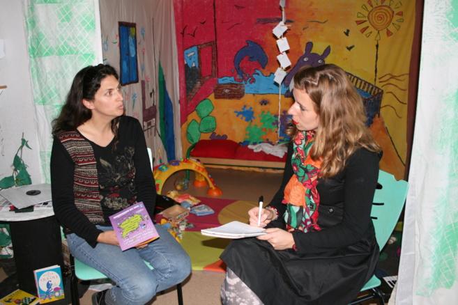Claire-Jeane Maget et sa collègue du Cada, préparent les entretiens avec les parents qui vont être acceuilis. Elle sont devant la chambre d'enfant construite par des assos du REEAP.@C.G