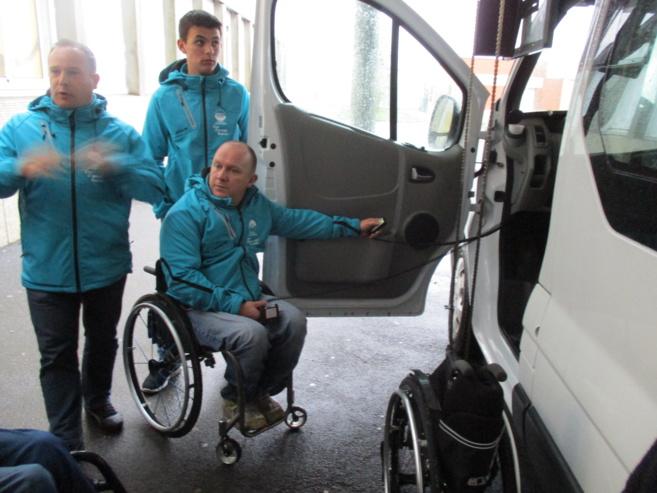 Un entraîneur sportif en fauteuil roulant