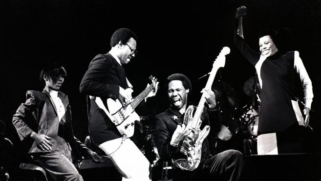 Bernard Edwards à la basse (à gauche) et Nile Rodgers à la guitare