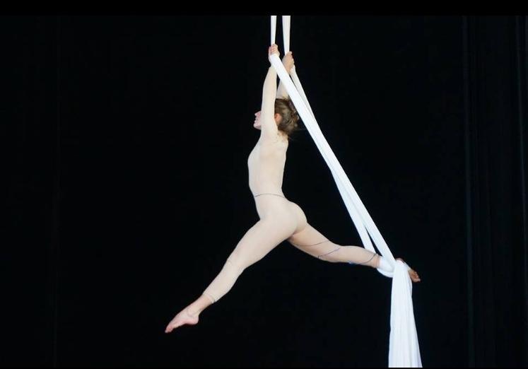 Pour avoir de belles formes testez la danse sur tissu aérien