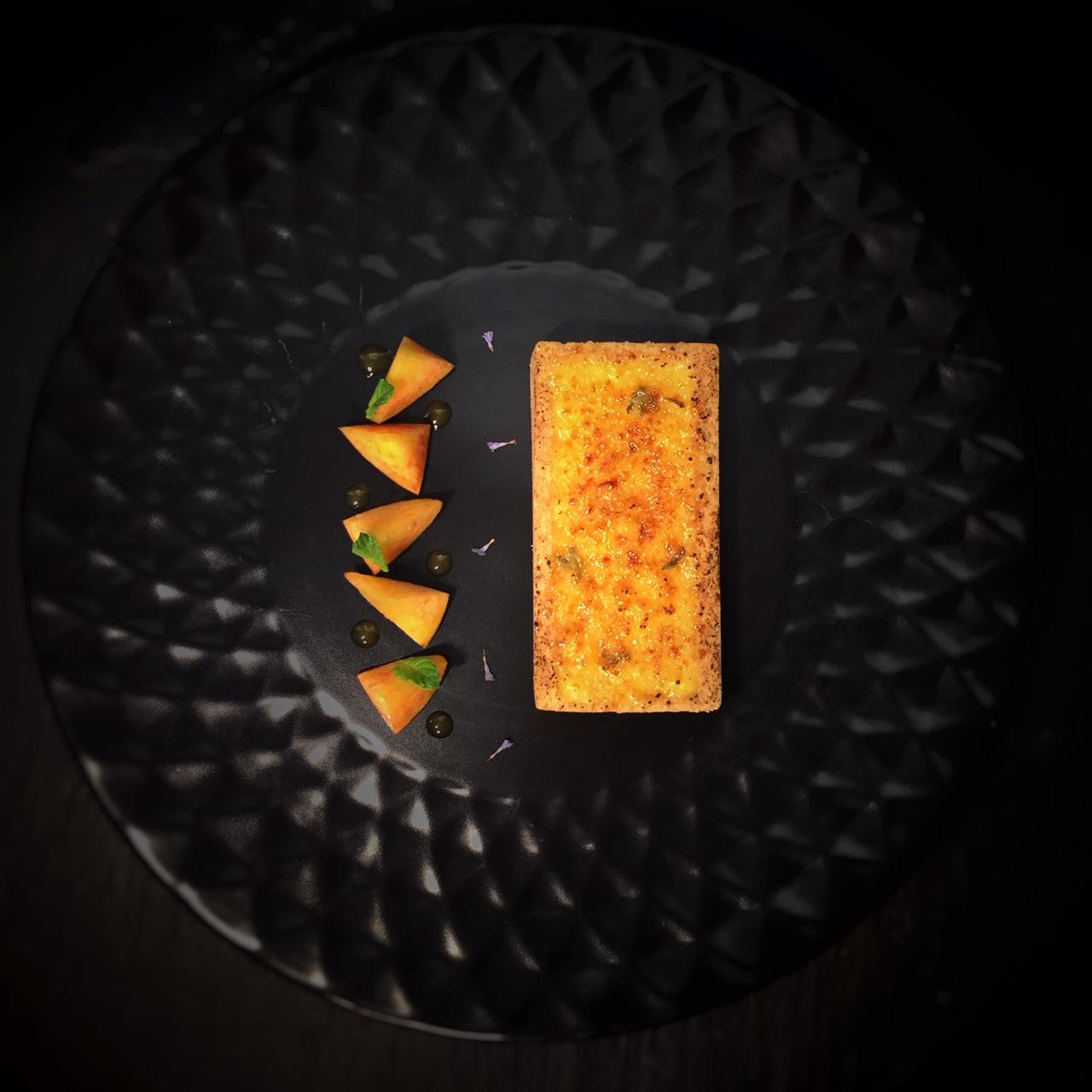 Crème brûlée à la lavande dans pâte sablée au petit épeautre et pêches jaunes de Volonne.