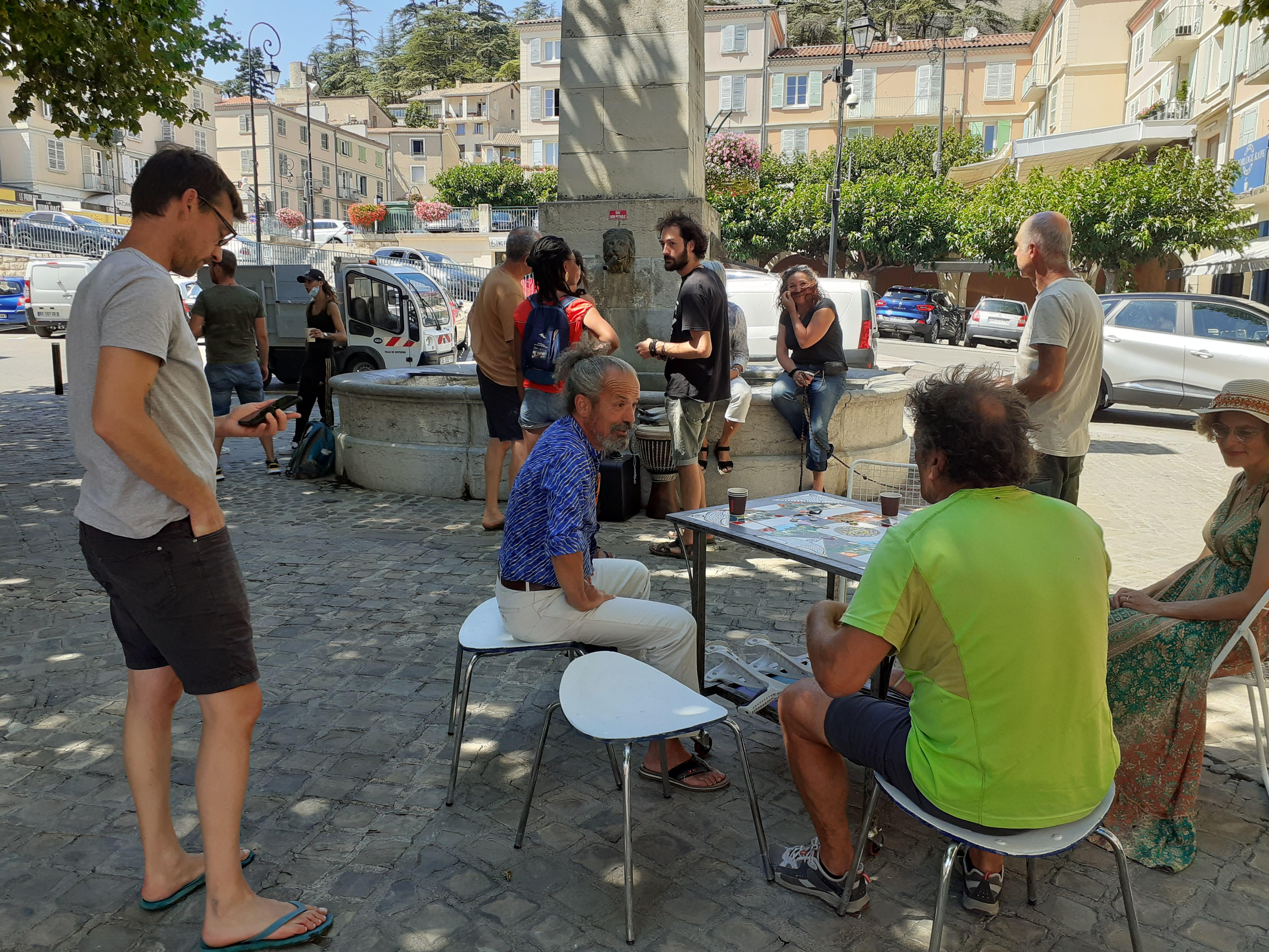 Une terrasse sans bar, improvisée à Sisteron…ou l'on passe !