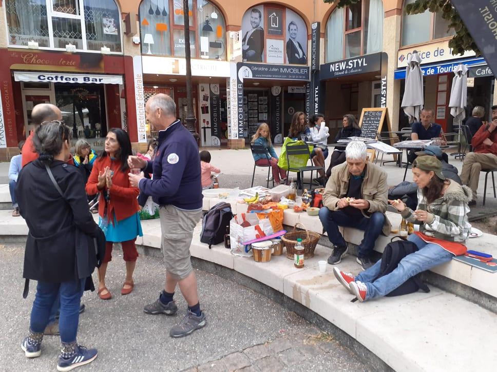 un pique-nique solidaire contre le pass sanitaire à Briançon
