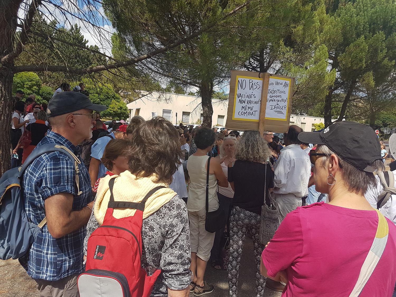 Manifestation citoyenne devant l'hopital de Digne-les-Bains contre l'obligation vaccinale et le pass sanitaire