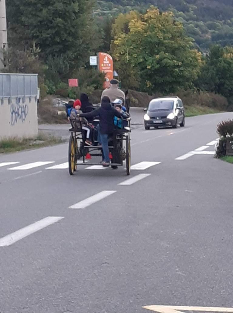 En calèche, à vélo : le chemin de l'école autrement à Saint Chaffrey !