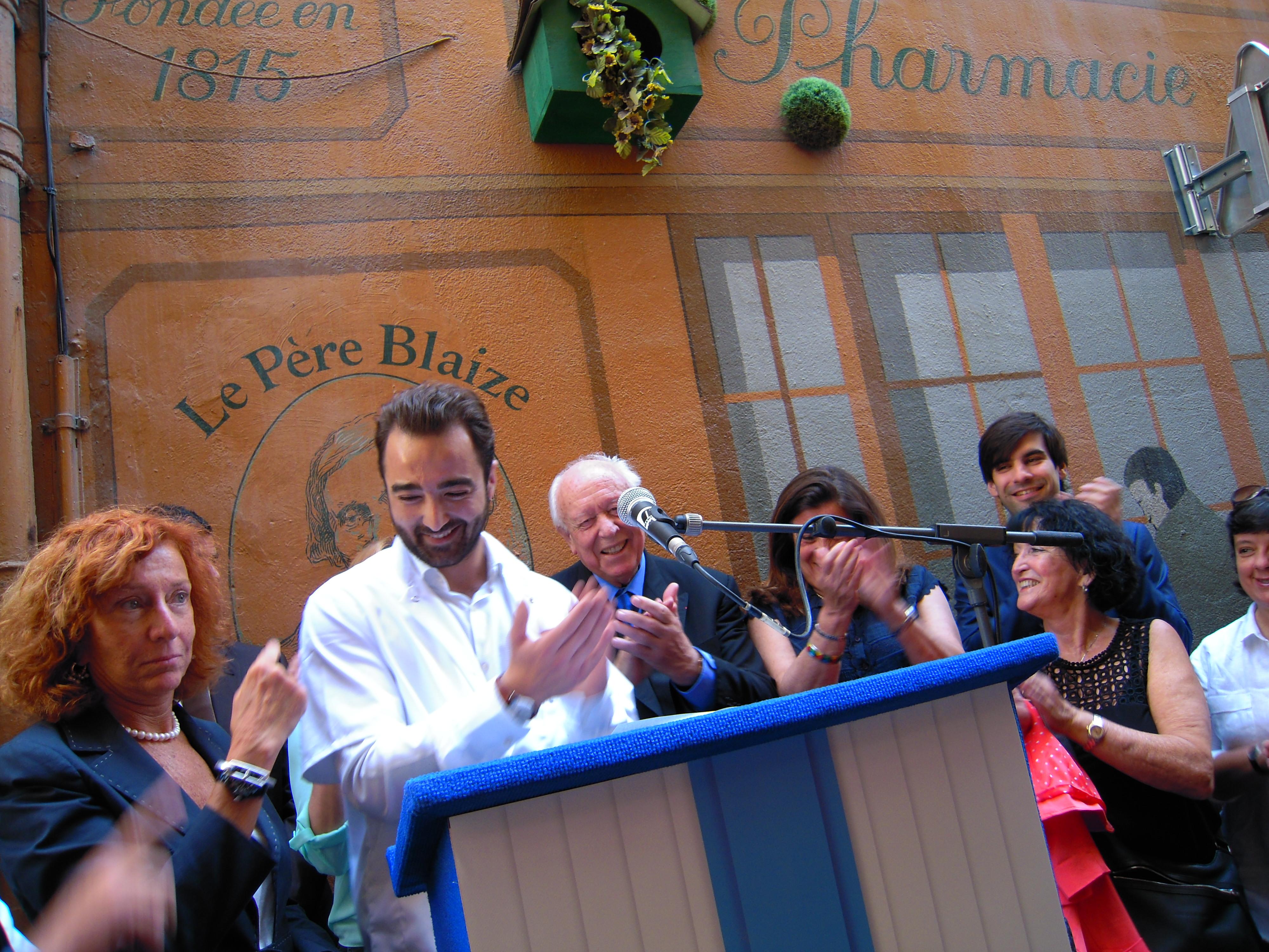 Jean-Claude Gaudin, Maire de Marseille / Martine Bonnabel Blaize, arrière-petite fille du fondateur et Cyril Coulard, pharmacien et repreneur de l'herboristerie.