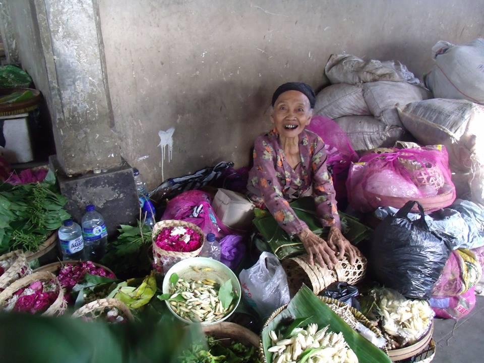 une des 90 personnes de l'île de Java avec qui travaille Hélène Relinger-Samadi