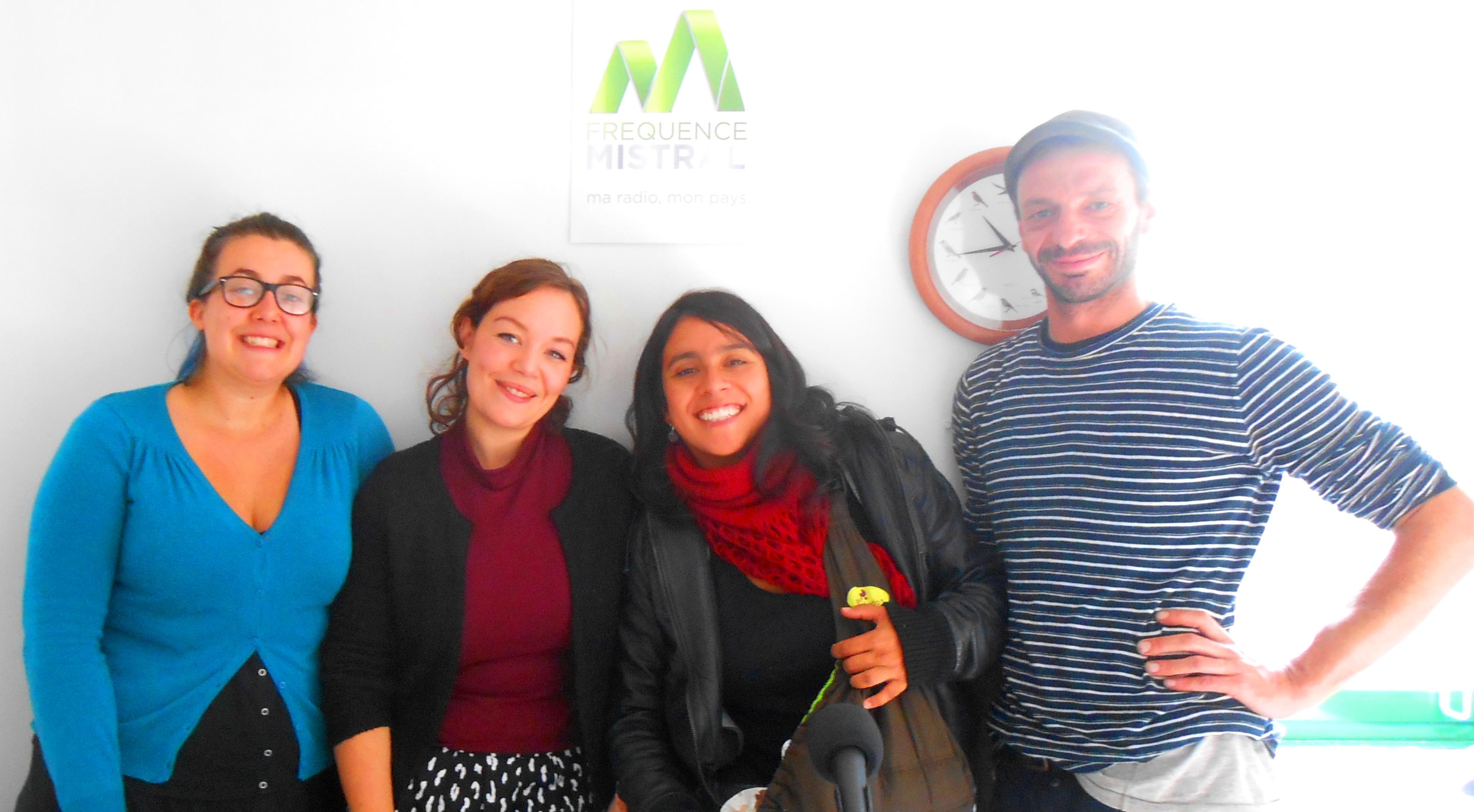 Anaïs (à.g) et Mélissa (en rouge) accompagnée de Tiago, 1mois et demi, caché dans sa poche kangourou,  les créatrices des Martmites, François artiste danseur choréphraphique et Camille Garcia, journaliste