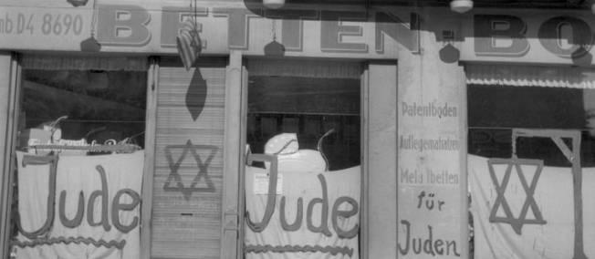 La devanture d'un magasin juif en Allemagne au lendemain de la Nuit de Cristal