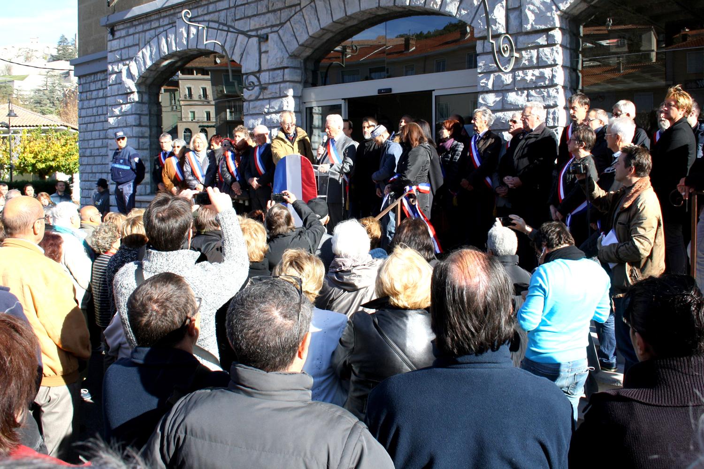 A Sisteron des centaines de personnes se sont rassemblées pour dire non à la barbarie !