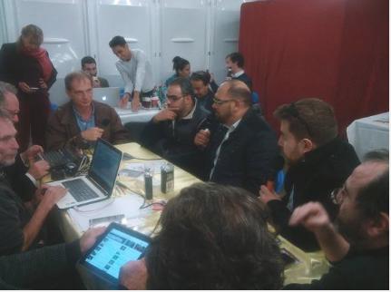 Youcef Seddik et Louai Abbo Aljoud dans le studio des médias citoyens au Village de la Solidarité Internationale de Lyon le 14 novembre 2015