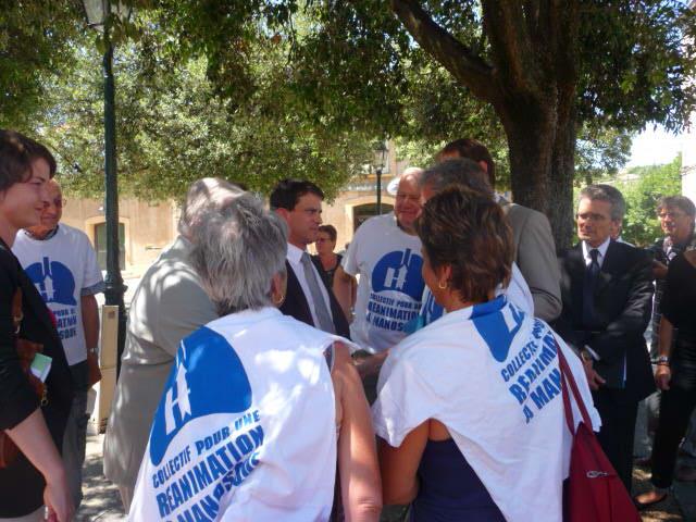 Les membres du collectif Réa interpellent Manuel Vals lors de sa venue, comme ils ont décidé d'interpeller les principals listes aux élections régionales 2015.