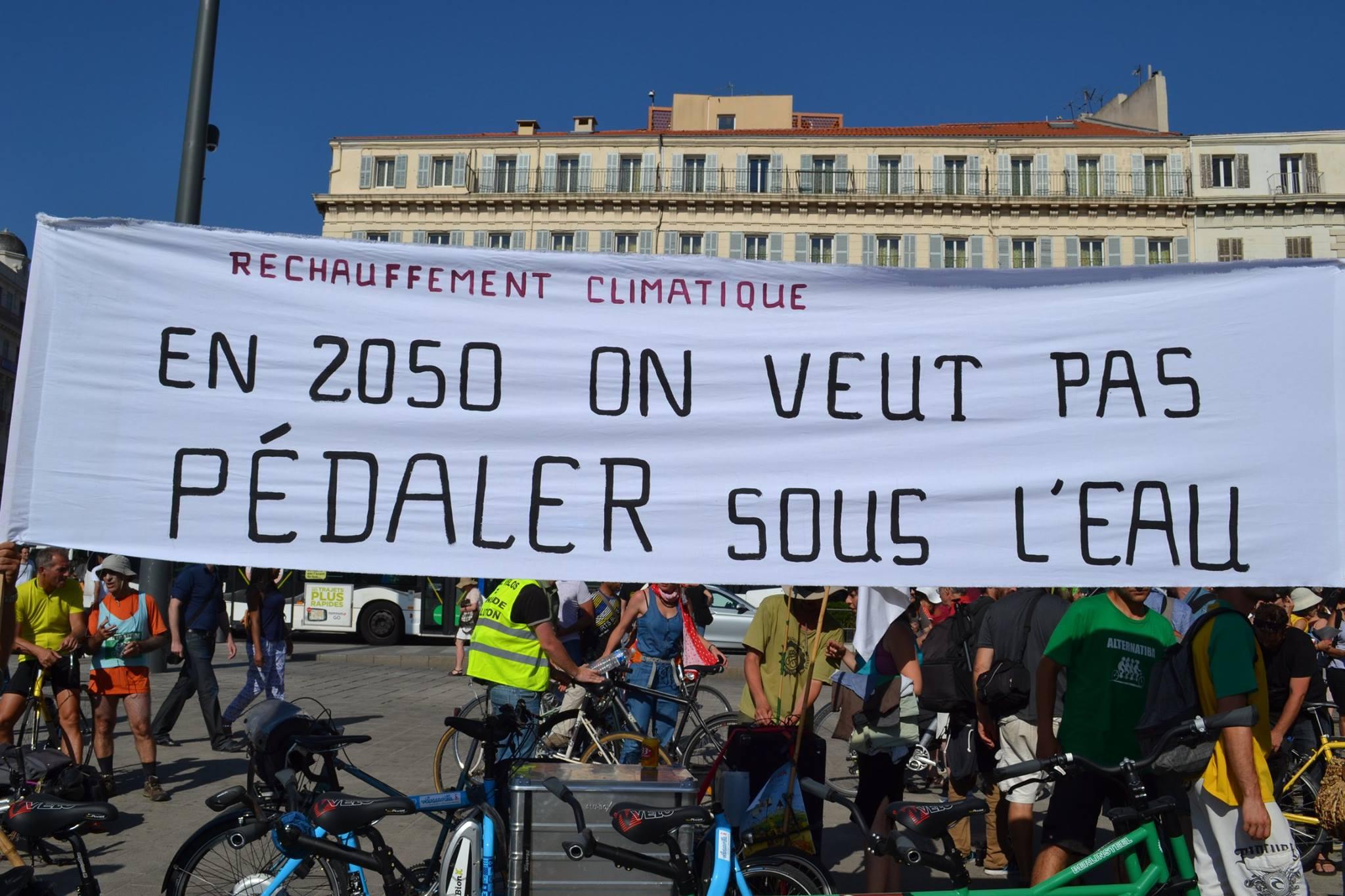 Johanna et Catherine en vert et contre tout à la chaîne humaine pour le climat à Marseille