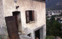 Des bénévoles réquisitionnent une maison pour accueillir des migrants
