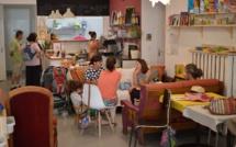Des familles autour d'un café à Gap