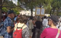 Vaccinés, et non vaccinés, Tous solidaires devant l'hopital de Digne-les-Bains
